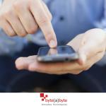 O número de brasileiros que acessam a internet por celulares está acima dos que acessam por PCs